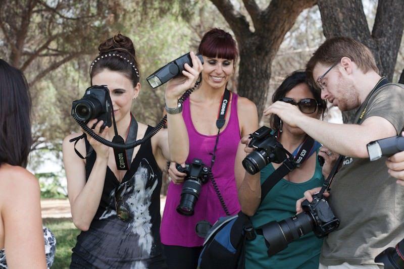 grupo del curso de flash de mano de la escuela de fotografía efmad durante una de sus prácticas